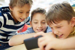 Niños usando smartphone