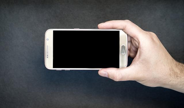 Sujetando el móvil para ver videos